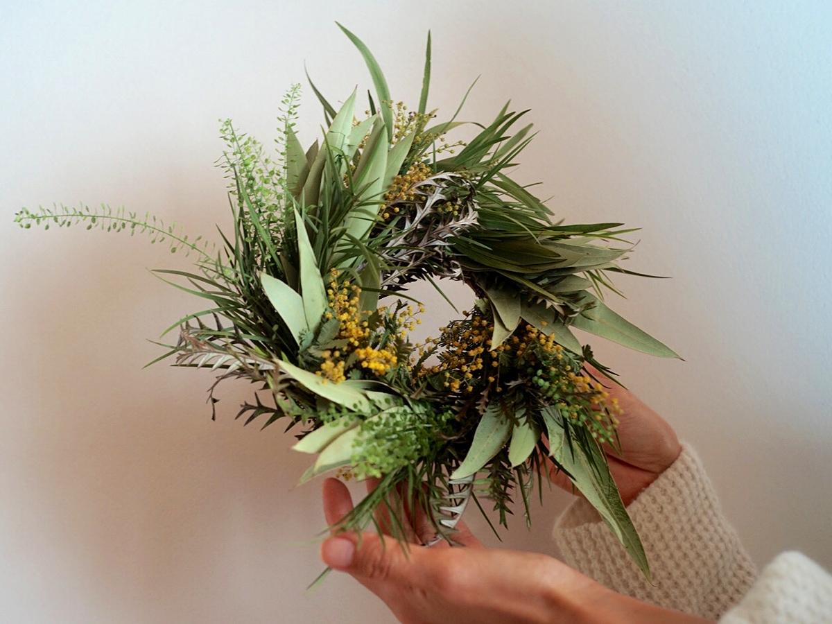 世界の草花とミモザのリース